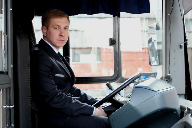 voditel v kostyume - Заказать большой автобус в Москве