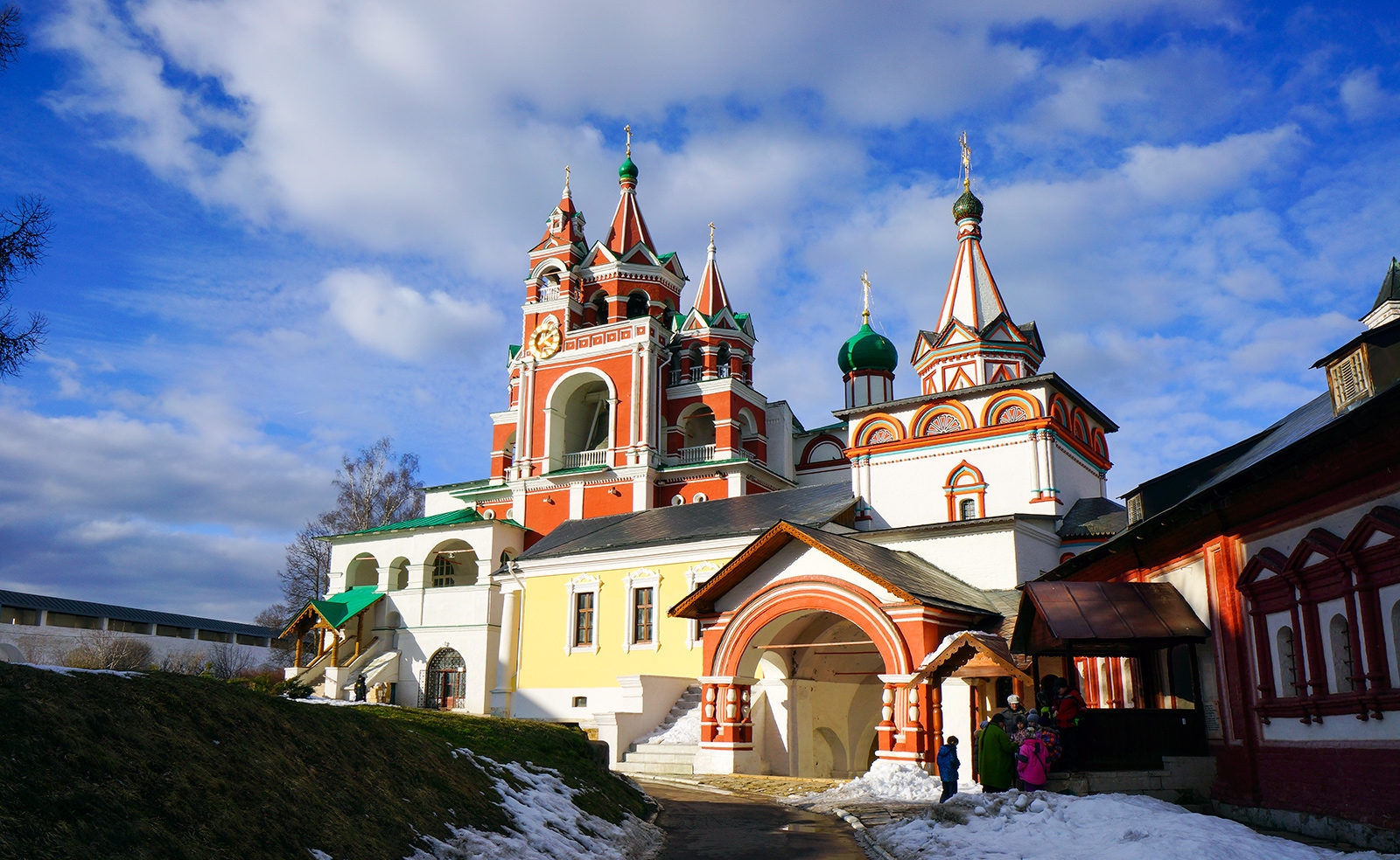savvino storozhevsky monastyr v zvenigorode zvg01 e1620737330374 - 3 города, которые стоит посетить в Московской области.